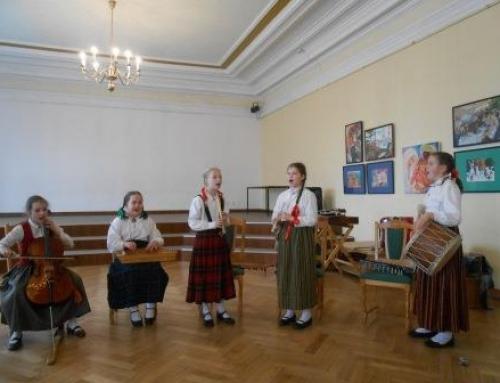 """lmāra Gaiša Kokneses vidusskolas folkloras kopa """"Tīne"""" pieņem """"play4score"""" minigolfa izaicinājumu"""